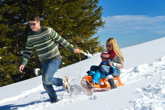 Rodeln Schlittenfahren Winterurlaub Wagrain Salzburger Land Moabauer